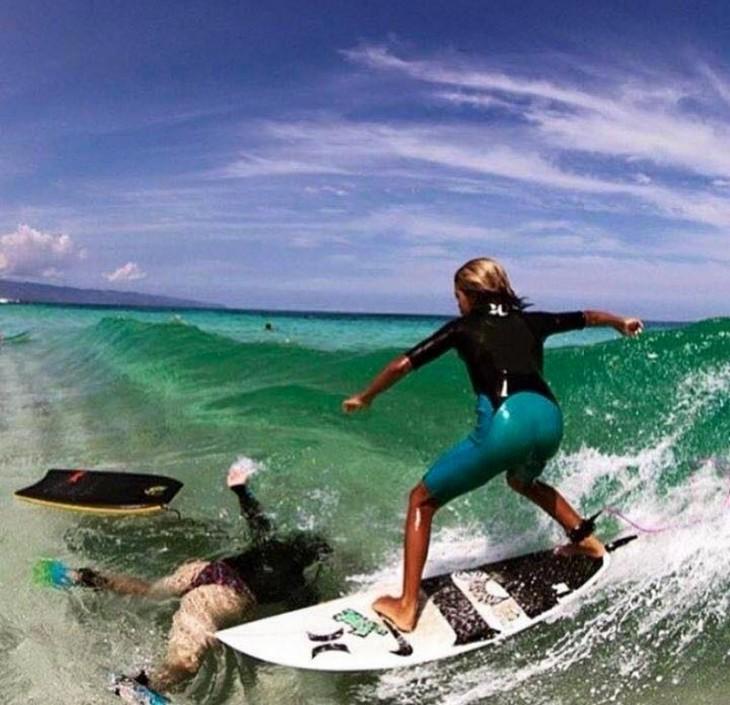 mujer se da cuentaque se cayo su compañero de surf