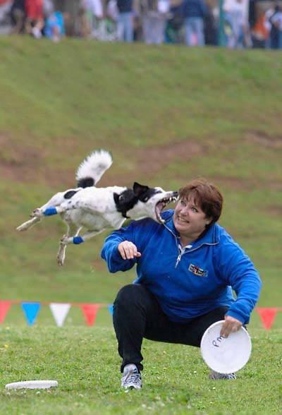 mujer antes de ser mordida por su perro