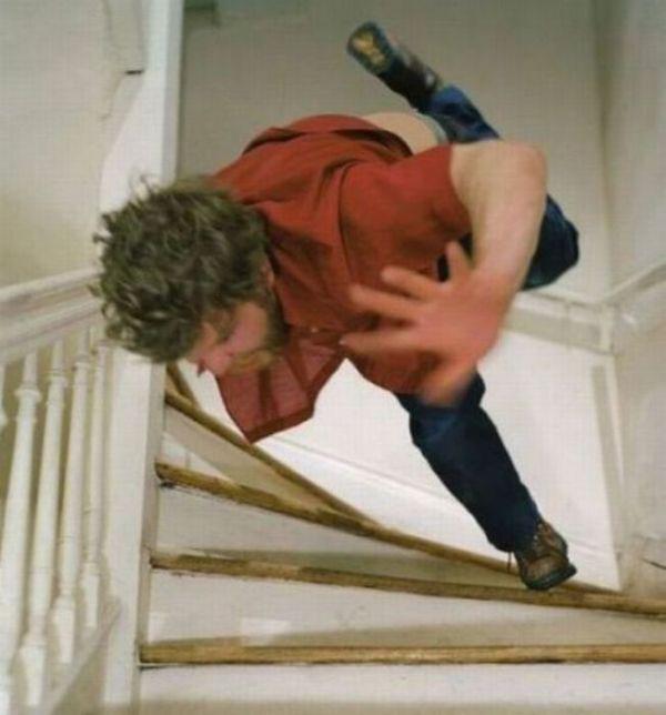 hombre se cae de las escaleras