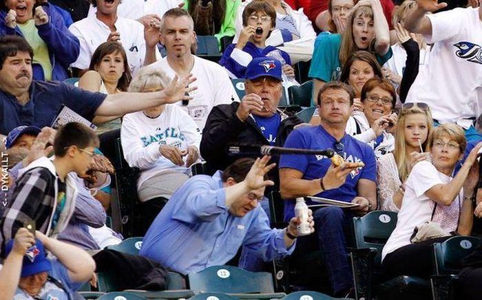 hombre se salva de batazo en un partido de baseball