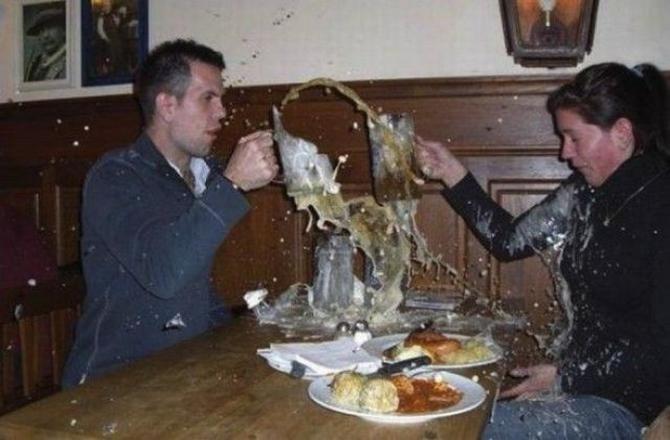 se les rompe el tarro de cerveza justo cuando lo chocan