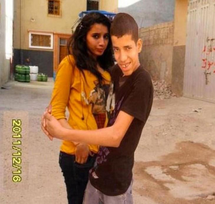 hombre con mujer falsa en la foto