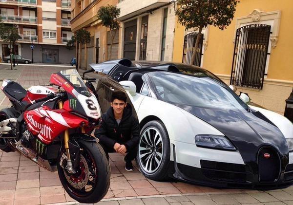 niño se coloca con photoshop en dos carros de super lujo