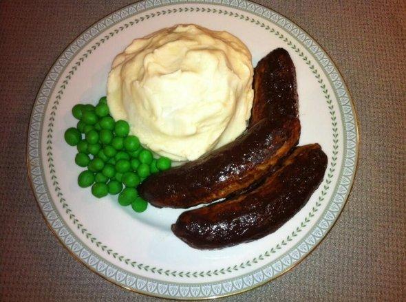 pastel en forma de pure de papa con salchichas