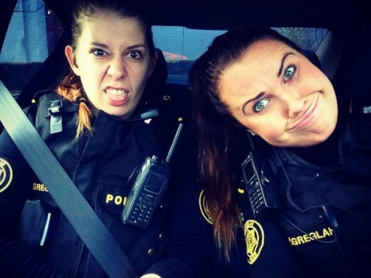policias de islandia se toman selfie en la patrulla