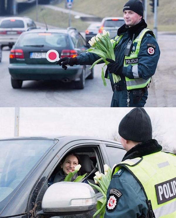 policia caballeroso le regala flores a mujeres