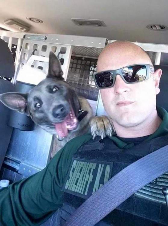 policia se toma selfie con su compañero perro