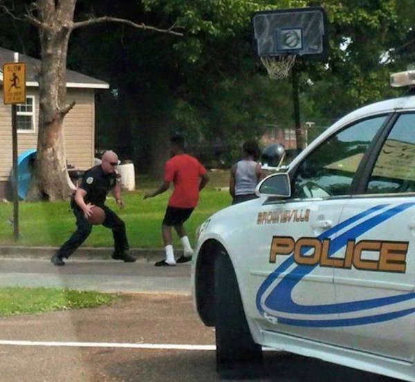 policia juega basketball con niños de la cuadra