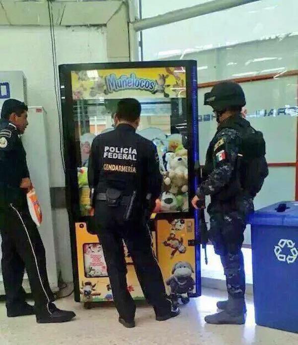 policias jugando a atrapar el muñeco