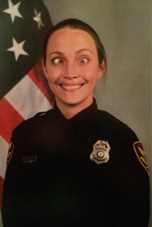 mujer policia haciendo cara para la foto del recuerdo