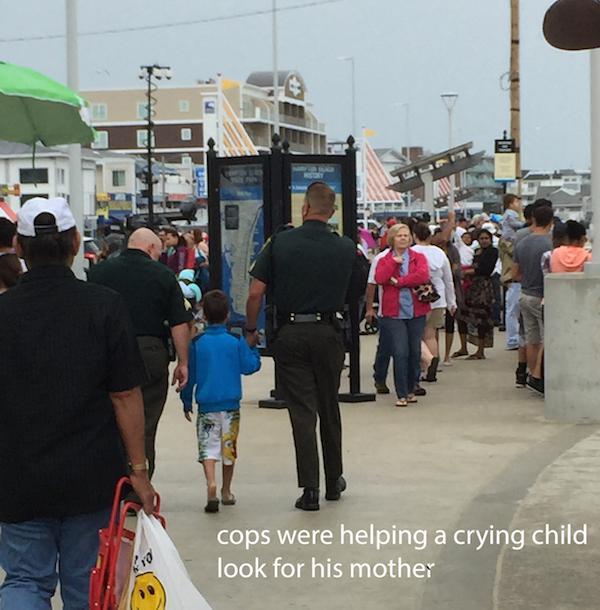 policias ayuda a el niño a encontrar a su mamá