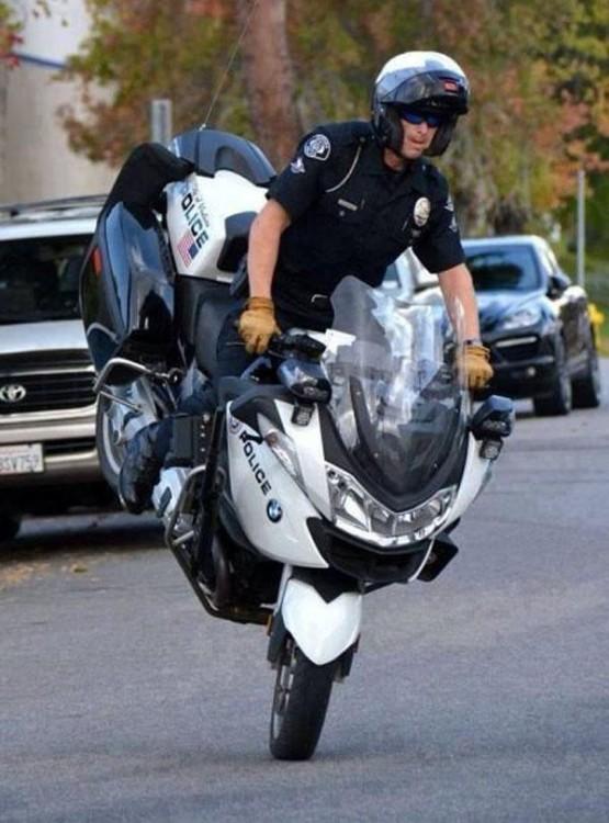 POLICIA MOTOCICLISTA HACIENDO CABALLITOS