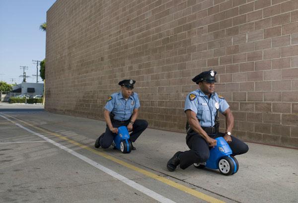 policias bromeando montados en motos de mentiras
