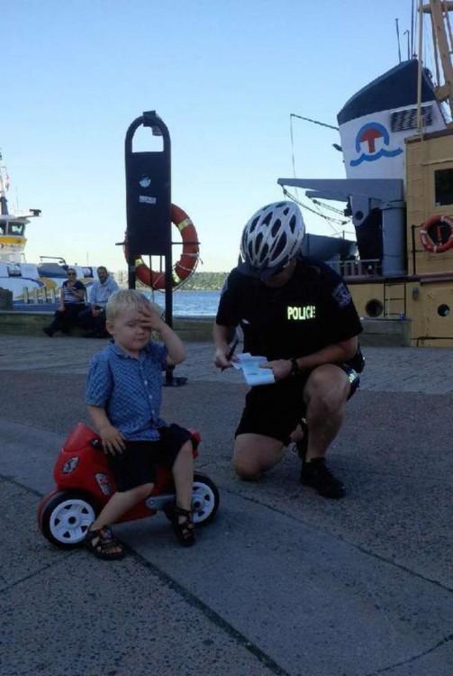 niño que parece que va a ser multado por el policia