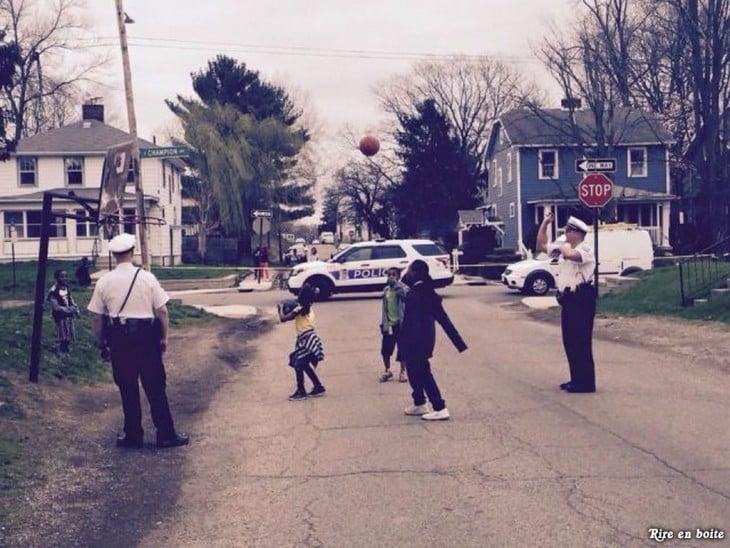 policias jugando con los niños del barrio