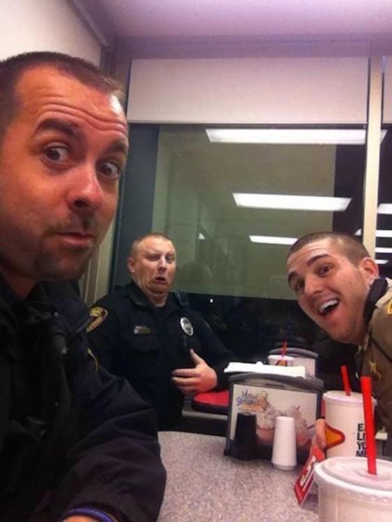 A la hora del cafe policias se divierten