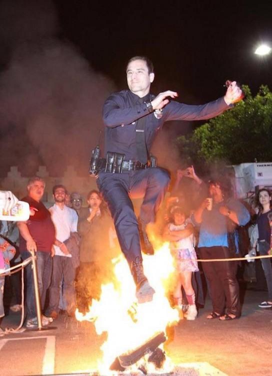 policia intrepido se avientra a través del fuego