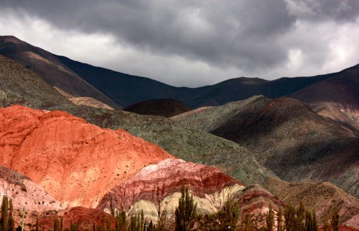 Cerro de los Siete Colores en el pueblo de Purmamarca en la Quebrada de Humahuaca, Argentina