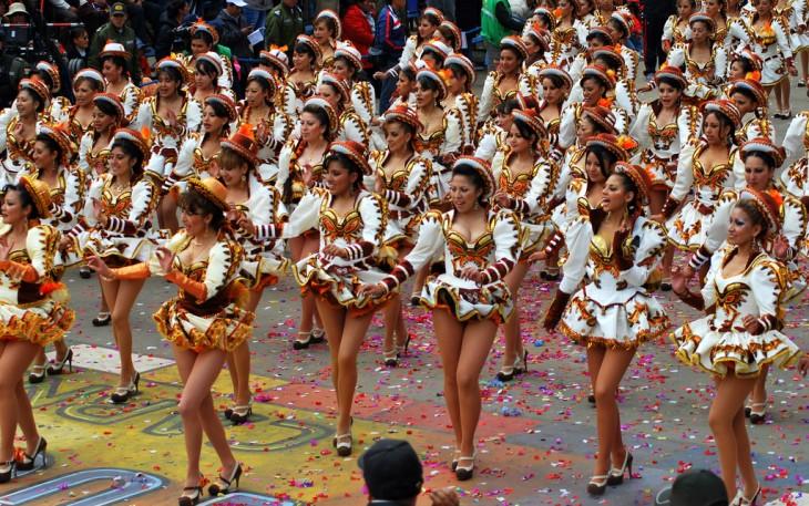 Baile de mujeres en el carnaval de oruro en Bolivia