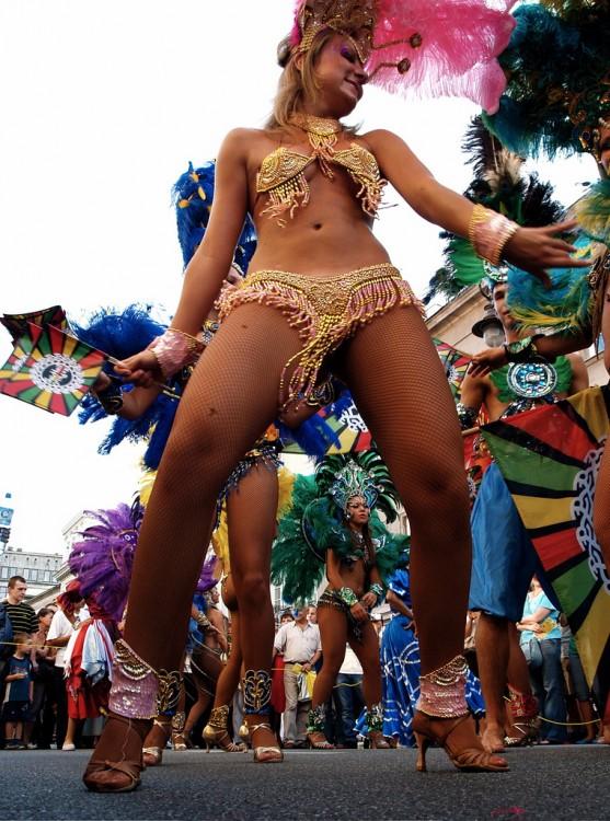 Mujer brasileña bailando samba en la calle durante un festival en Río de Janeiro