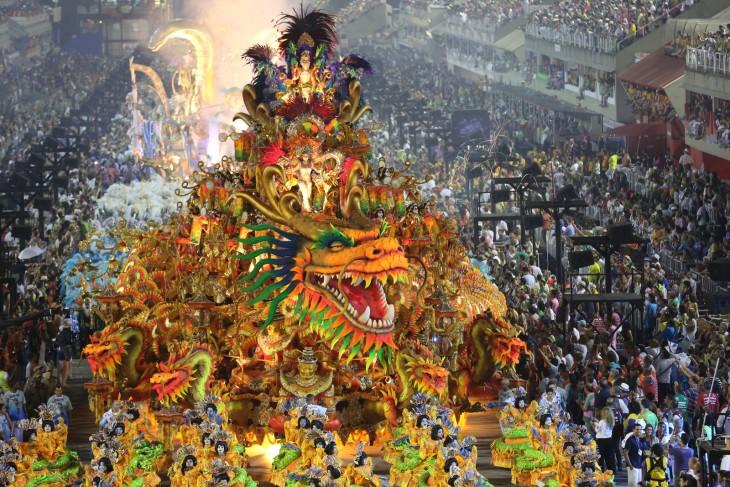 Deslumbrante dragón flotador en el desfile del Sambódromo en Río de Janeiro, Brasil