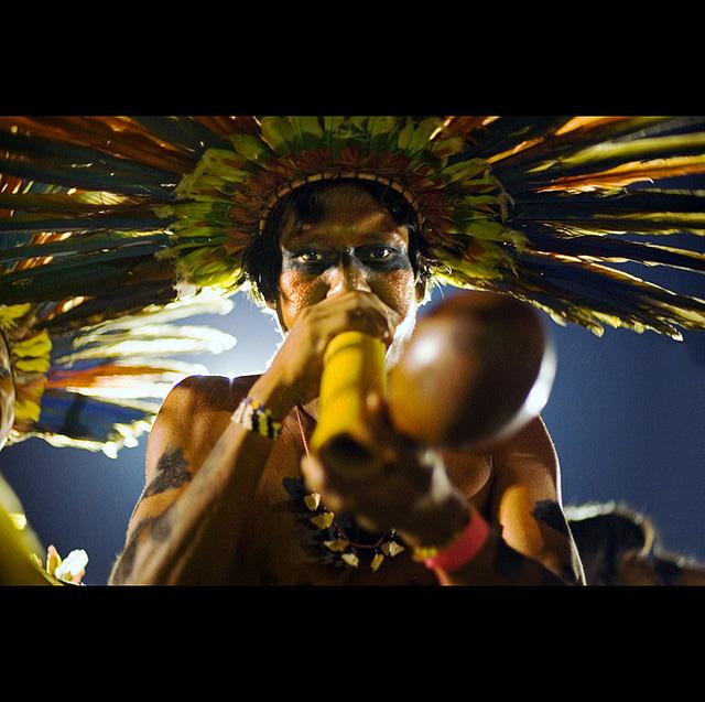 Hombre de Bororo tocando su flauta en el Festival Nacional Indígena