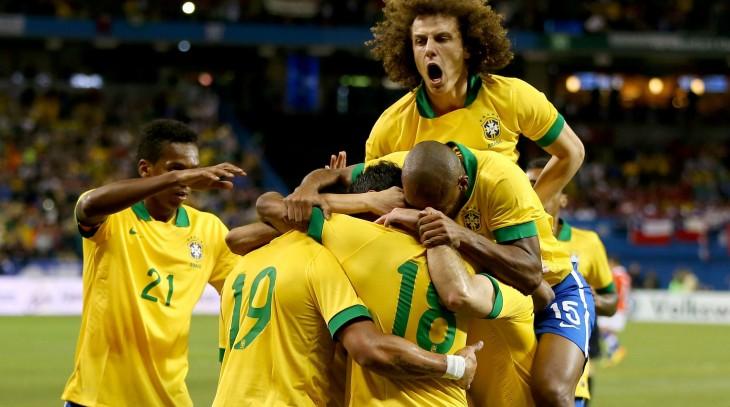 Luis David celebrando con sus compañeros en la selección de Brasil