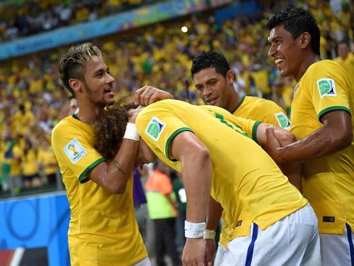 Neymar abrazando a Luis David en la selección de Brasil
