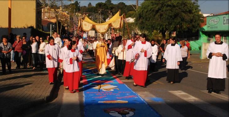 Procesión del Corpus Christi por el centro de las calles de Colombo en Paraná, Brasil