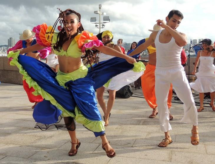 Costarricenses bailando en una de sus calles