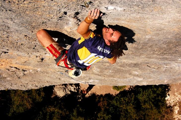 Hombre escalando Rodellar en la Sierra de Guara, Bierge en España