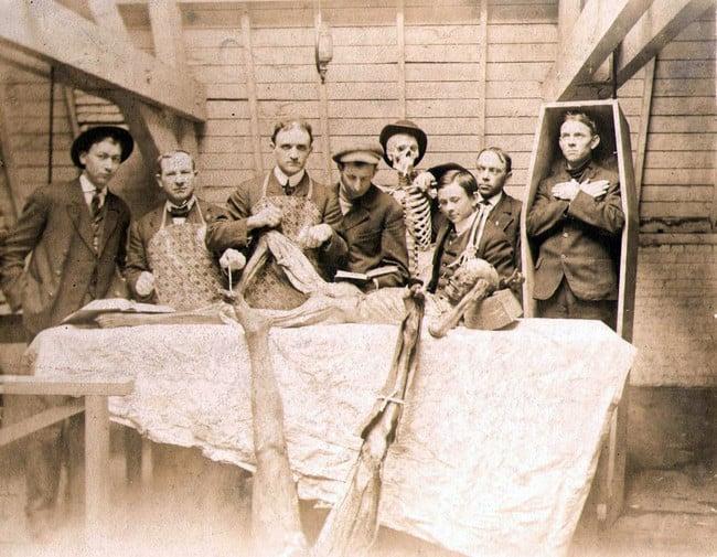 Estudiantes de medicina con cadaveres. 1890