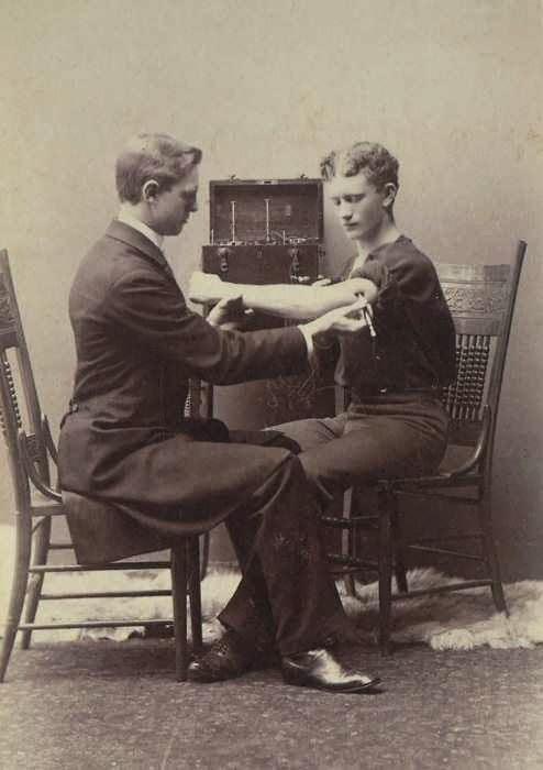 Examen neurológico con un aparato eléctrico en 1878