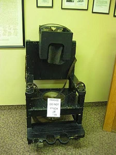 Silla usada para calmar a pacientes histéricos. Observese el parecido con la silla eléctrica.