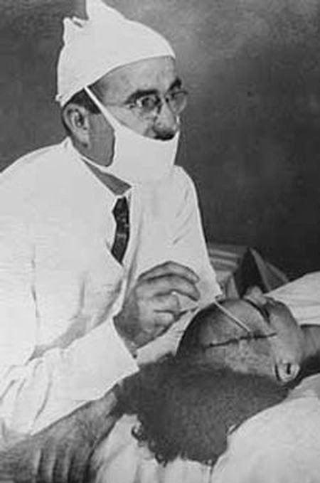 """El  Dr. Freeman, el médico que inventó las lobotomías. Con este procedimiento quirúrgico la mayoría de los pacientes """"problemáticos"""" se convertían en zombies."""