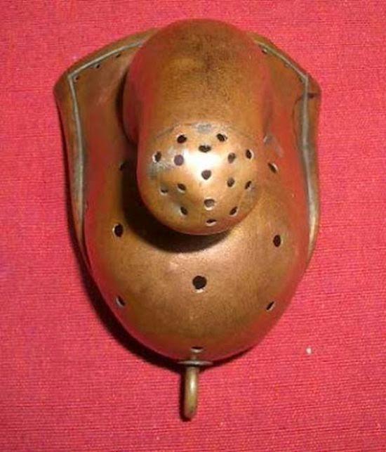 En el siglo XIX se creía que la masturbación causaba locura y dispositivos como este se diseñaron para evitar que el usuario del mismo se pudiera estimular. Estos artilugios eran de uso frecuente en las instituciones mentales.