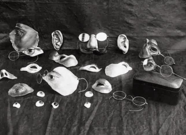 Algunos elementos utilizados para disfrazar lesiones faciales.El inicio de la cirugía plástica.  Read more: http://www.husmeandoporlared.com/2014/02/antiguos-tratamientos-medicos