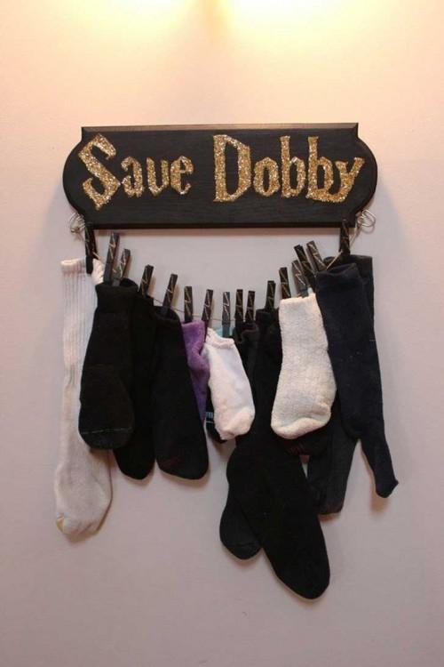 "Un perchero con el letrero ""Salven a Dobby"""