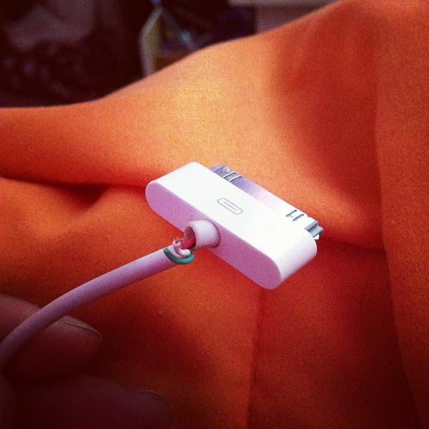 Cargador de iphone con los cables trozados