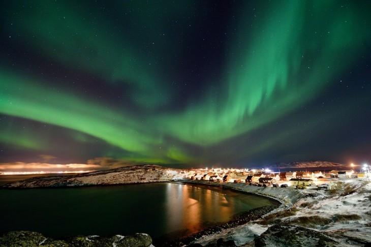 Aurora sobre el pequeño pueblo Bugøynes, Noruega