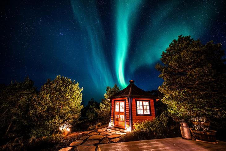 Paisaje bajo la aurora en Noruega
