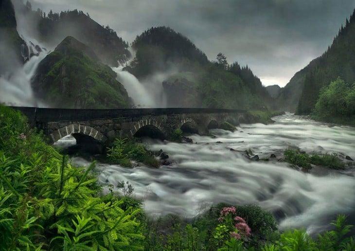 Puente en la cascada Latefossen, Noruega