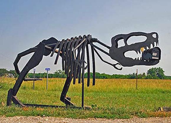 Buzón hecho con el esqueleto de un dinosaurio