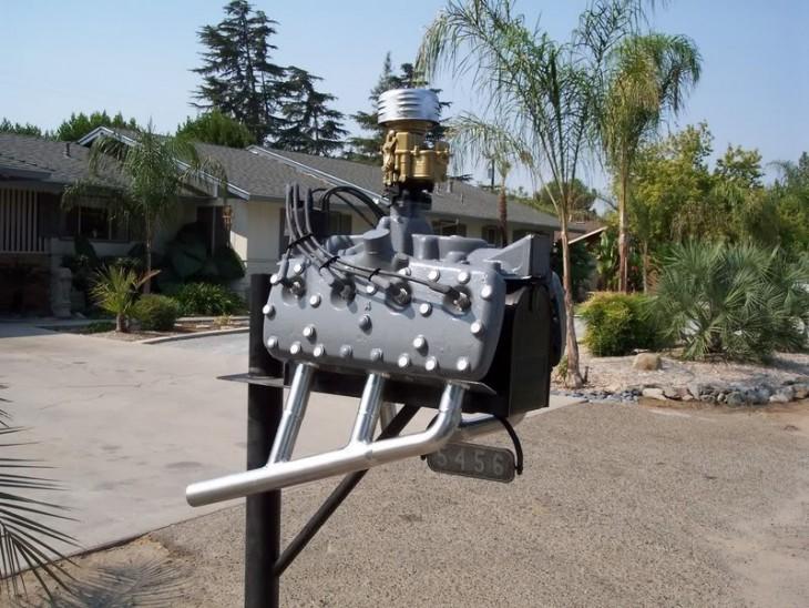 Buzón en forma de motor de coche