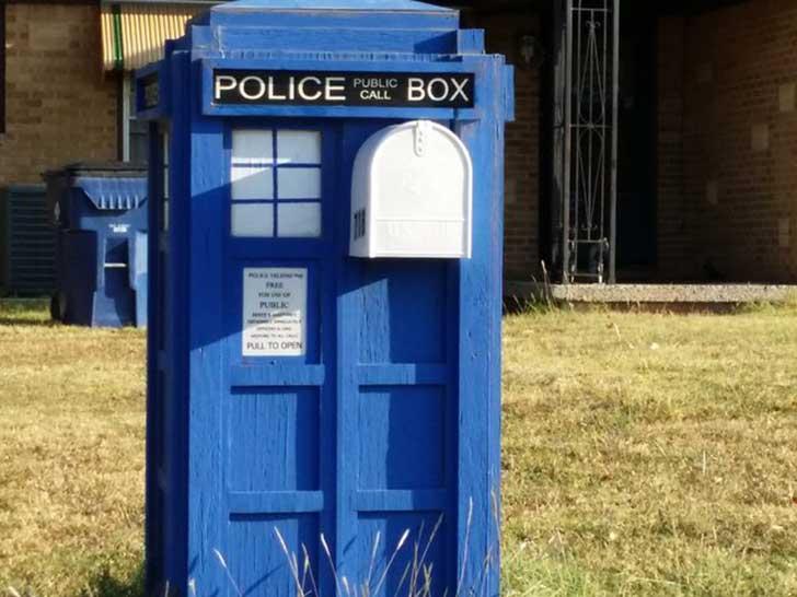 Buzón en forma de caseta de policía