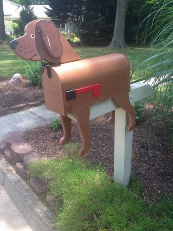 Buzón con figura de perro de color café