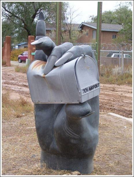Buzón de una manos sosteniéndolo