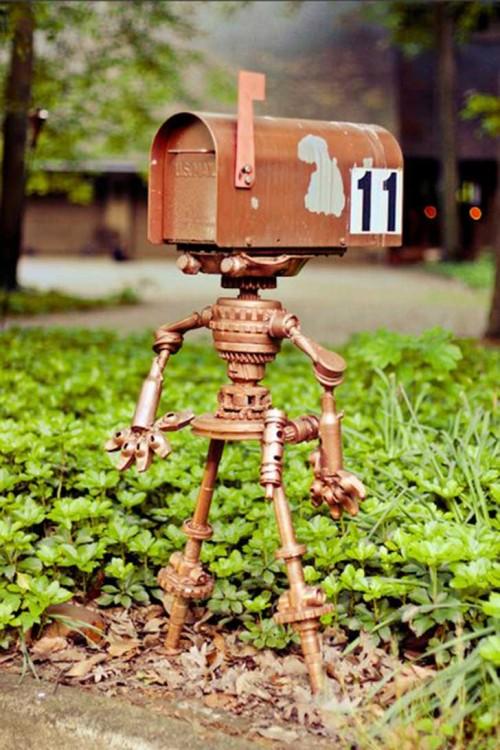 Buzón con figura de robot