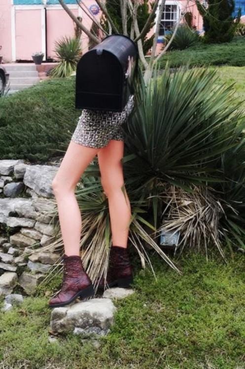 Buzón con piernas de mujer