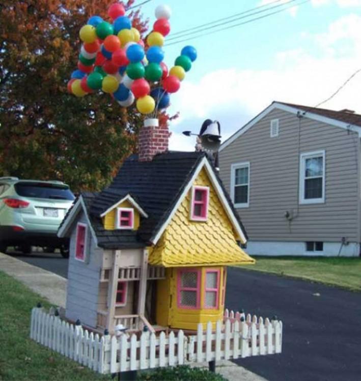 Buzón hecho con forma de la casa de la película Up